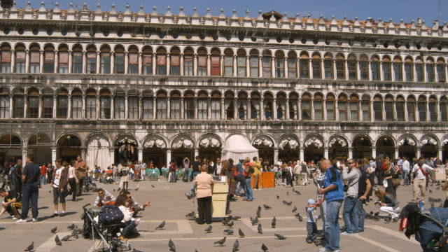 ws, pan, tourists on saint mark's square, venice, italy - venice italy stock videos & royalty-free footage