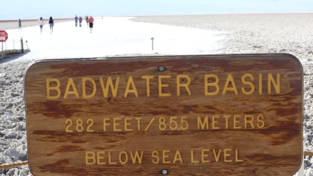 vídeos y material grabado en eventos de stock de tourists on salt pans badwater in death valley which is the lowest hottest driest place in the usa with an average annual rainfall of around 2 inches... - parque nacional death valley