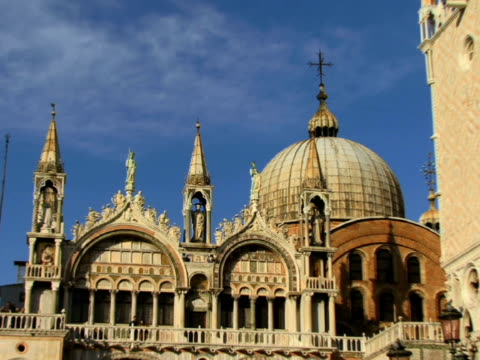 stockvideo's en b-roll-footage met ws zo tourists on st. mark's cathedral balcony near doges palace / venice, italy - basiliek