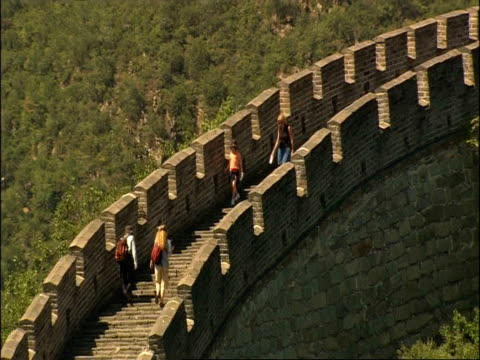tourists on staircase, great wall of china, zoom out to wa great wall snaking up hill, mutianyu, china - mutianyu stock videos & royalty-free footage