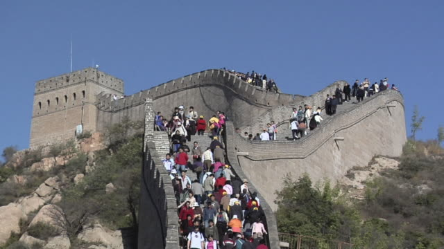 ls ws zo tourists on steps at great wall at badaling/ beijing, china - badaling great wall stock videos & royalty-free footage