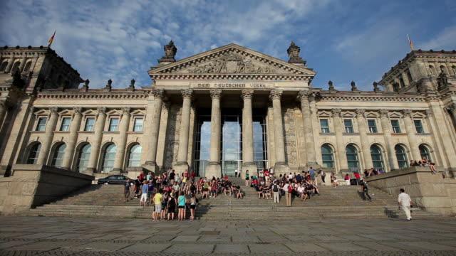 ms tourists on steps of reichstag, berlin, germany - 新古典派点の映像素材/bロール