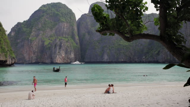 ws tourists on the almost enclosed beach of maya bay on koh phi phi leh (or koy phi phi leh) - inselgruppe phi phi stock-videos und b-roll-filmmaterial