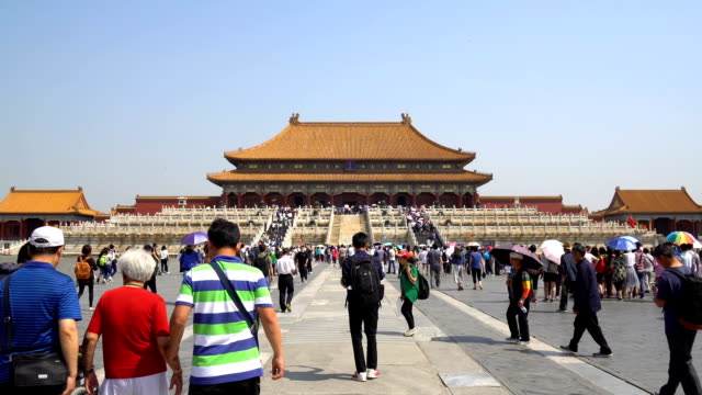 stockvideo's en b-roll-footage met tourists on the square before the hall of supreme harmony - verboden stad