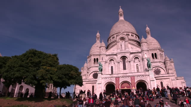 tourists on the steps in front of basilique du sacre coeur (sacred heart basilica), montmartre, paris, france - basilique du sacre coeur montmartre stock videos & royalty-free footage