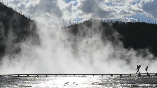 tourists on the walkways,grand prismatic spring,midway geyser basin - イエローストーン国立公園点の映像素材/bロール