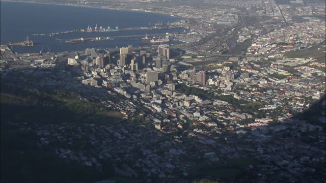 aerial zo tourists on top of lion's head and cityscape, cape town, western cape, south africa - ライオンズヘッド点の映像素材/bロール