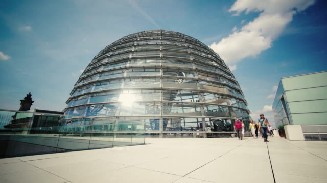 tourists outside of the dome at the reichstag in berlin, germany - cupola video stock e b–roll