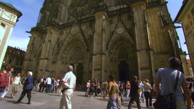 ms tu tourists outside st. vitus cathedral / prague, czech republic - 聖ヴィート大聖堂点の映像素材/bロール