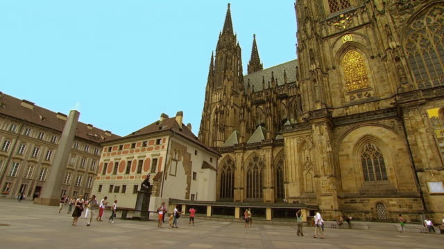 ws tu tourists outside st. vitus cathedral / prague, czech republic - 聖ヴィート大聖堂点の映像素材/bロール