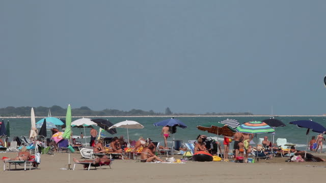 tourists & parasols on beach - reclining stock videos & royalty-free footage