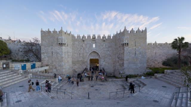 tourists pass through the damascus gate in jerusalem. - jerusalem stock-videos und b-roll-filmmaterial