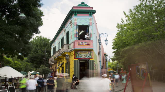 tl, ms tourists photograph and look at caminito in la boca / buenos aires, argentina - ブエノスアイレス点の映像素材/bロール