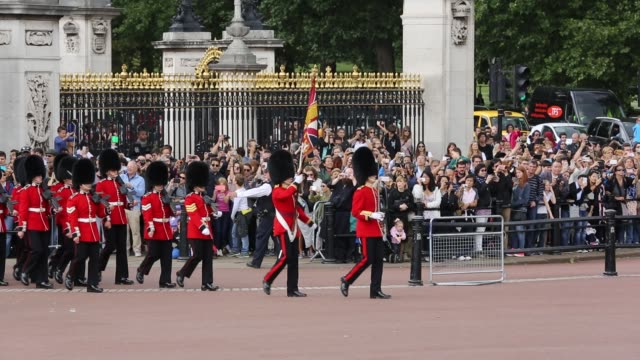 tourists queue to watch the changeing of the guard at buckingham palace, london, uk. - protection stock videos & royalty-free footage