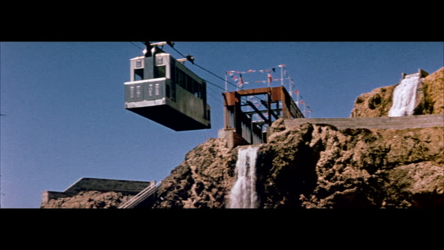 vidéos et rushes de 1955 tourists ride sky tram over san francisco coast - 1955