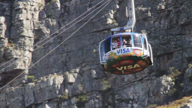 tourists ride the table mountain cable car - penisola video stock e b–roll