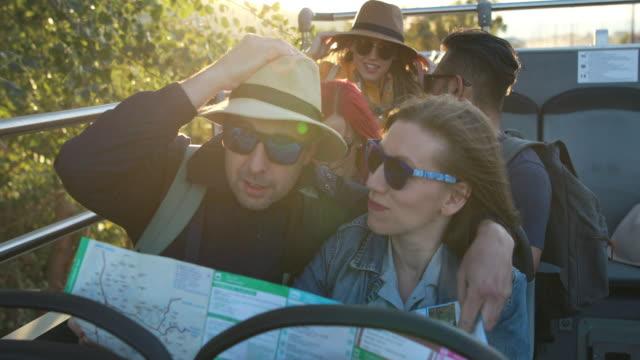 vidéos et rushes de touristes conduisant sur un bus d'excursion - car