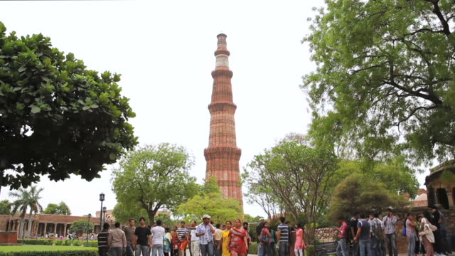 ms tourists roaming near qutub minar / delhi, india   - 史跡めぐり点の映像素材/bロール