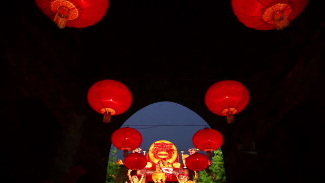 ms td tourists roaming new year lantern festival at city wall / xi'an, shaanxi, china - chinesisches laternenfest stock-videos und b-roll-filmmaterial
