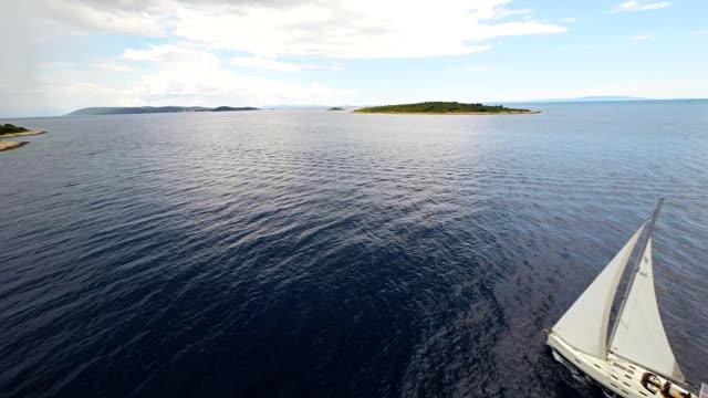 AERIAL Touristen Segeln in der Nähe der Insel