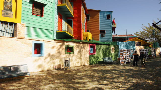 tourists sight see in the colorful neighborhood of la boca in buenos aires, argentina - ブエノスアイレス点の映像素材/bロール