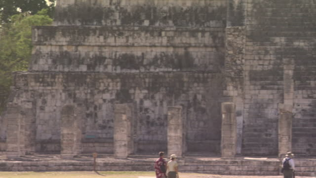 ws pan tourists sightseeing near ruins at ancient mayan site chichen itza / yucatan, mexico  - ca. 7 jahrhundert stock-videos und b-roll-filmmaterial