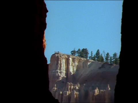 tourists stand atop a cliff in bryce canyon. - tornspira bildbanksvideor och videomaterial från bakom kulisserna