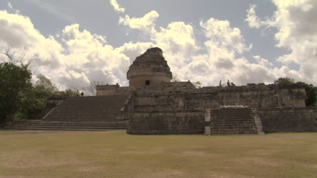 la ws tourists standing atop el caracol observatory at ancient mayan site chichen itza / yucatan, mexico  - observatorium stock-videos und b-roll-filmmaterial
