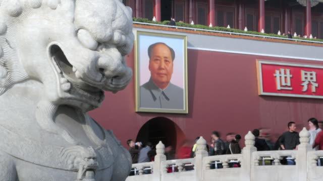 tourists stream into forbidden city through tiananmen gate, tiananmen square, beijing - tiananmen square bildbanksvideor och videomaterial från bakom kulisserna