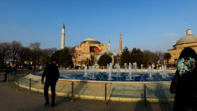 vídeos y material grabado en eventos de stock de tourists take photographs in front of istanbul's famous hagia sofia on march 10 2017 in istanbul turkey formerly an orthodox basilica and a mosque... - bizantino