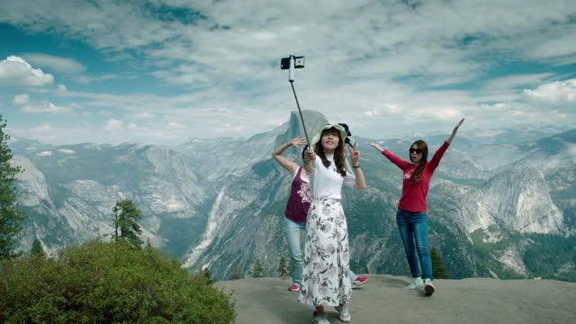vidéos et rushes de tourists take photos at yosemite, usa - photophone