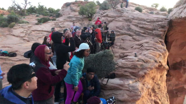 tourists taking picture at the canyonlands national park utah usa - キャニオンランズ国立公園点の映像素材/bロール