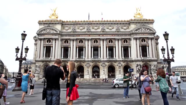 vidéos et rushes de tourists taking pictures in front of opéra garnier in paris, france - thème de la photographie