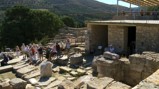 WS PAN Tourists taking pictures of the ruins of Knossos / Greece