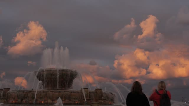 tourists to chicago's buckingham fountain pose for pictures - buckingham fountain stock videos & royalty-free footage