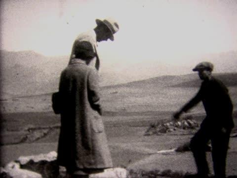 vidéos et rushes de 1928 tourists trying out ancient inca seat - 1928