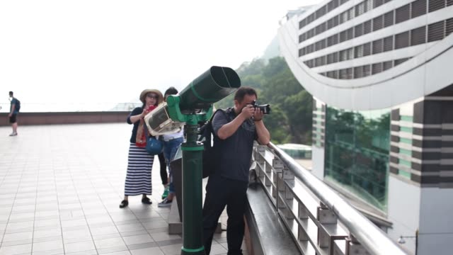 stockvideo's en b-roll-footage met ws tourists use binoculars to look at the view from victoria peak - victoria peak