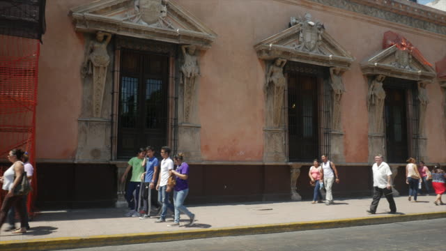 Tourists vidist The Casa de Montejo in White City of Mexico