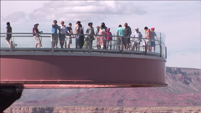 tourists view the grand canyon from the skywalk overlook. - grand canyon bildbanksvideor och videomaterial från bakom kulisserna