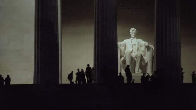 tourists view the lincoln memorial in washington, d.c. - lincolndenkmal stock-videos und b-roll-filmmaterial
