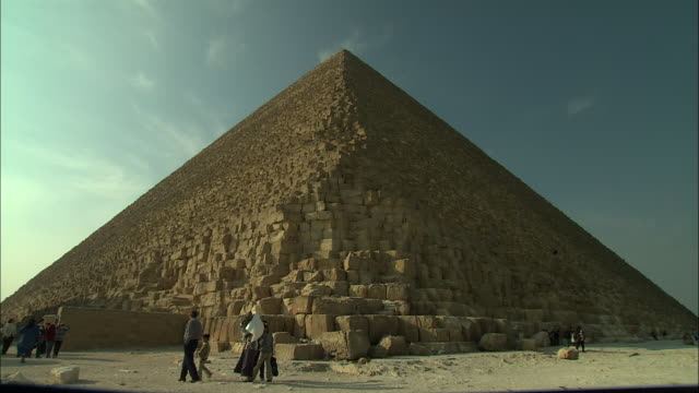 tourists visit an ancient pyramid in egypt. - pyramide bauwerk stock-videos und b-roll-filmmaterial
