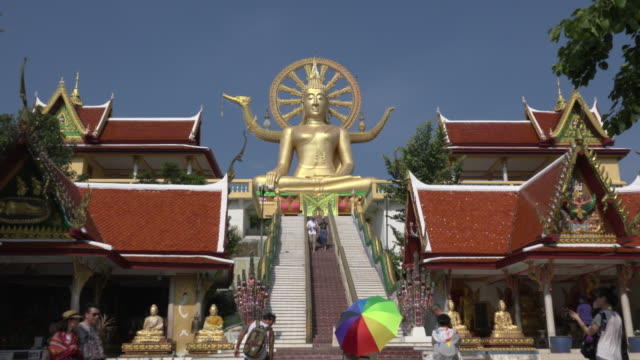 ZO / Tourists visit Big Buddha statue at Wat Phra Yai temple