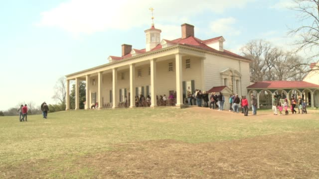 tourists visit george washington's estate take pictures - ジョージ・ワシントン点の映像素材/bロール
