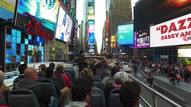 stockvideo's en b-roll-footage met tourists visit nyc manhattan times square - dubbeldekker bus