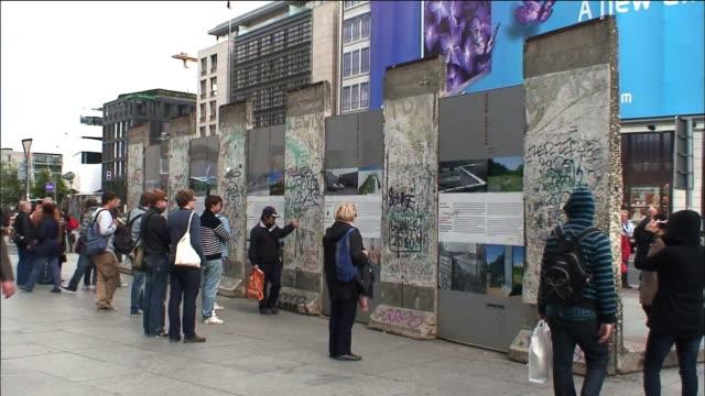 vídeos de stock, filmes e b-roll de tourists visit the east side gallery in berlin. - east berlin