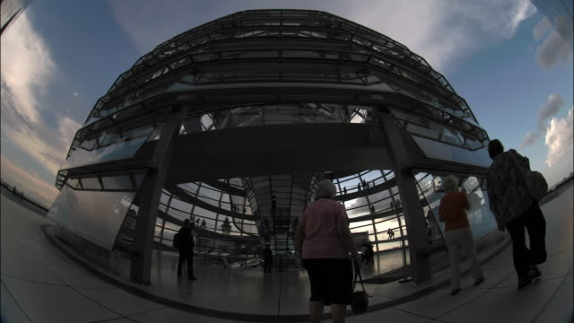 tourists visit the glass dome on the roof of berlin's reichstag building. - cupola video stock e b–roll