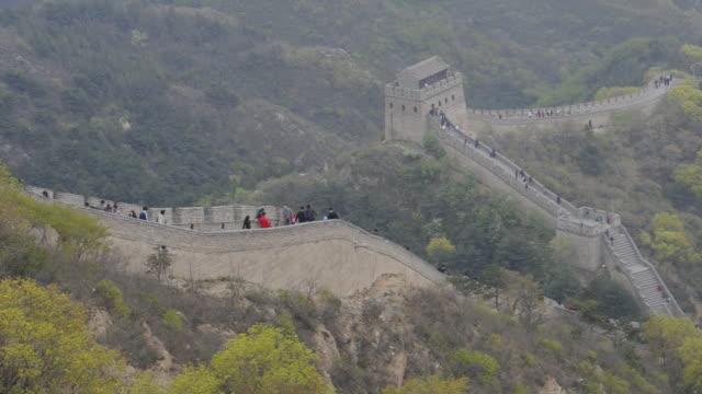 vídeos y material grabado en eventos de stock de tourists visit the great wall of china at badaling. - badaling