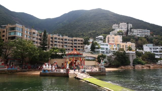 vidéos et rushes de tourists visit the kwun yam shrine at repulse bay on march 20 2013 in hong kong hong kong located at the southern end of repulse bay the taoist... - igname