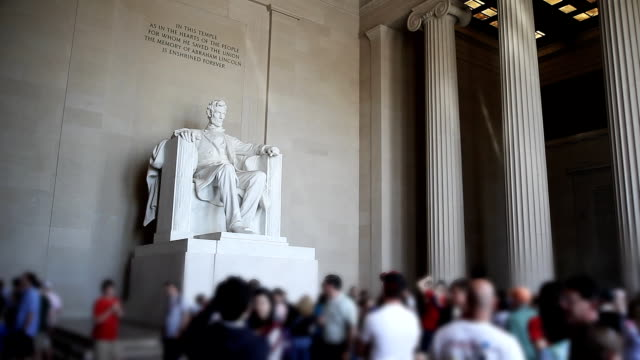 tourists visit the lincoln memorial in washington, dc. - lincolndenkmal stock-videos und b-roll-filmmaterial
