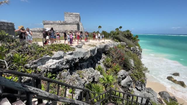 vídeos y material grabado en eventos de stock de tourists visit the pre-columbian mayan site of tulum, built on the eastern coast of the yucatan peninsula on the caribbean sea, in the mexican state... - quintana roo